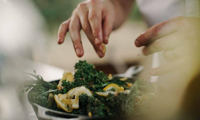 Tanie, proste i szybkie sałatki – przepisy
