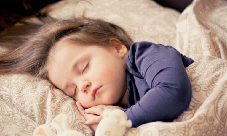 Jakie będzie idealne prześcieradło do łóżeczka?
